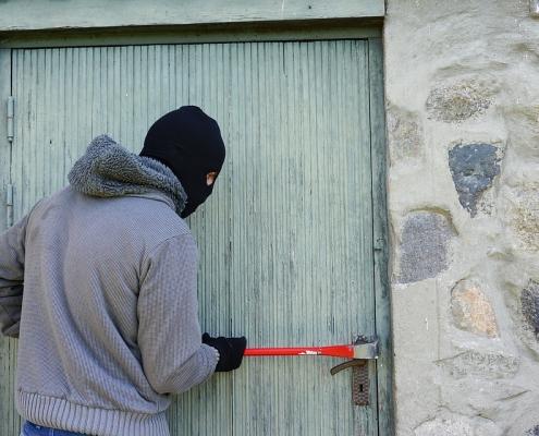 Einbrecher mit Maske und Kuhfuß